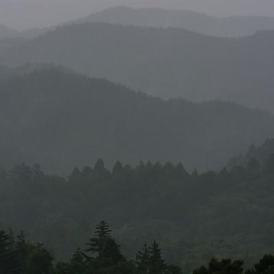 「雨に煙る山並み」の写真素材