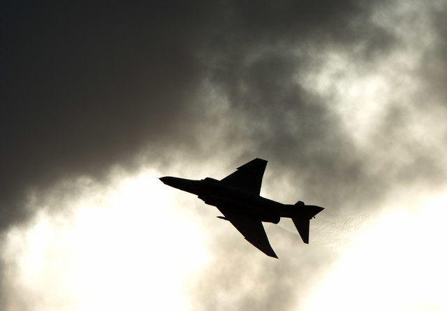 戦闘機のシルエットの写真