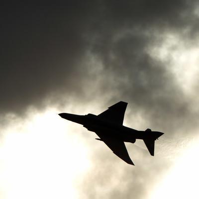 「戦闘機のシルエット」の写真素材