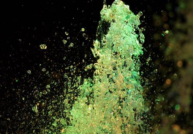 ライトアップされた噴水の踊る水の写真