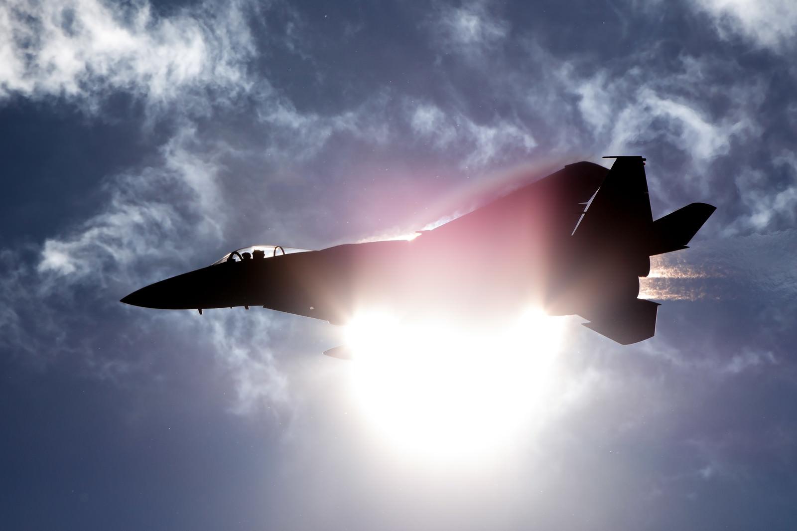 「太陽と重なるF-15(306飛行隊)」の写真