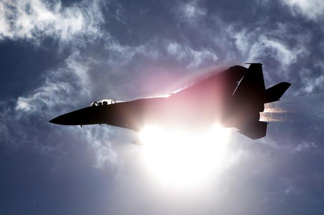 太陽と重なるF-15(306飛行隊)の写真