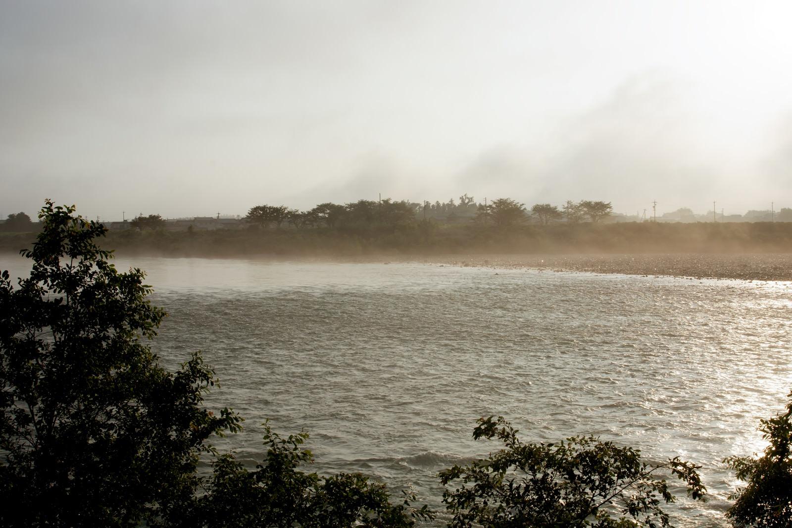 「朝靄に霞む河川」の写真