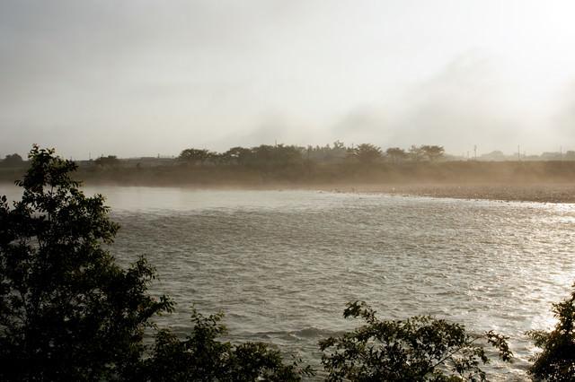 朝靄に霞む河川の写真