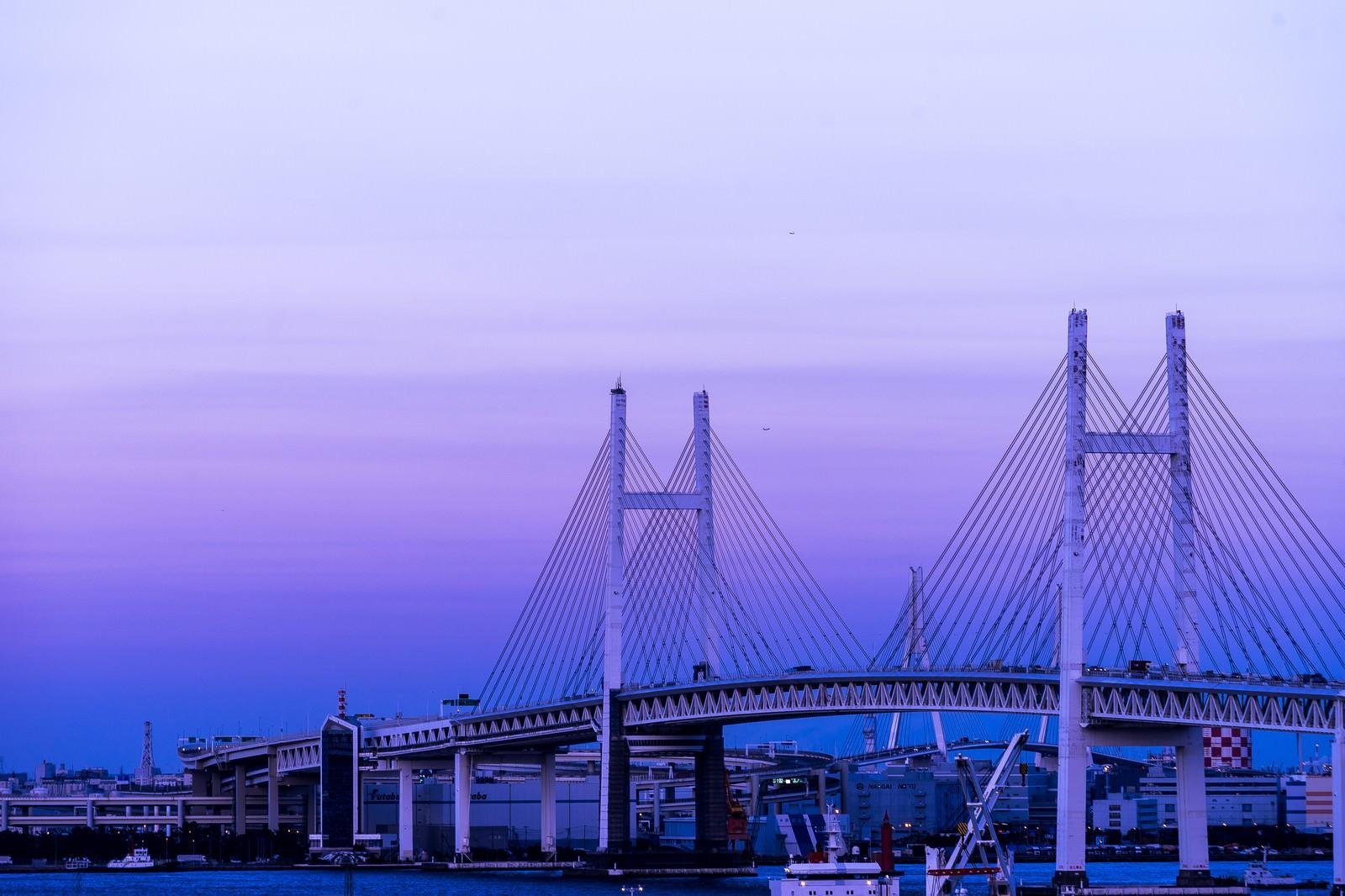 「夕暮れと横浜ベイブリッジ」の写真