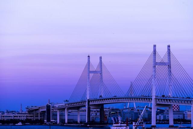 夕暮れと横浜ベイブリッジの写真