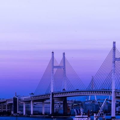 「夕暮れと横浜ベイブリッジ」の写真素材