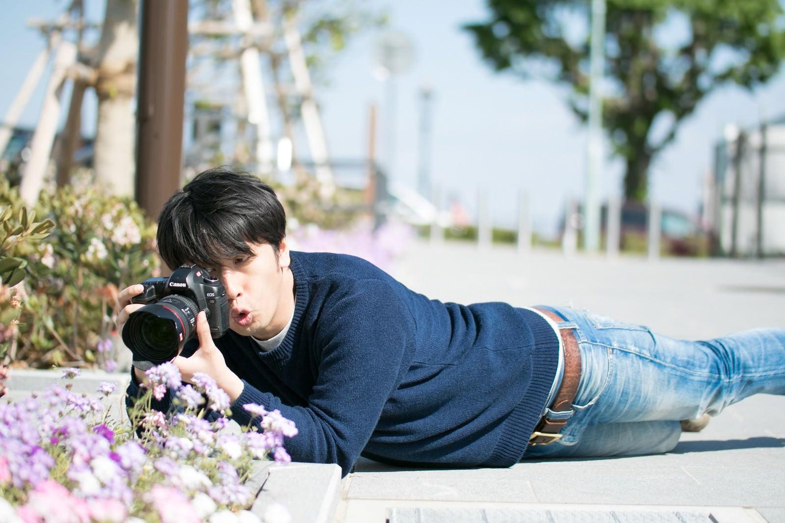 「無意識のうちにほふく前進をするアマチュアカメラマン」の写真