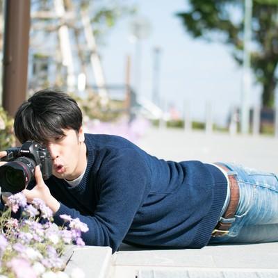 「無意識のうちにほふく前進をするアマチュアカメラマン」の写真素材