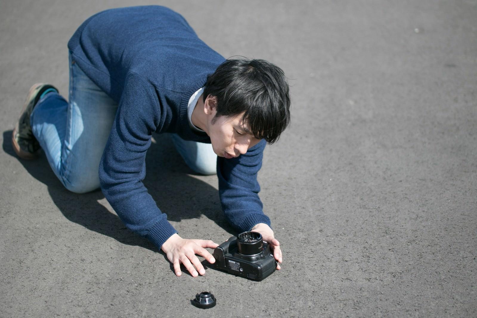 「ストラップ忘れはカメラ破損のトラップ」の写真[モデル:大川竜弥]