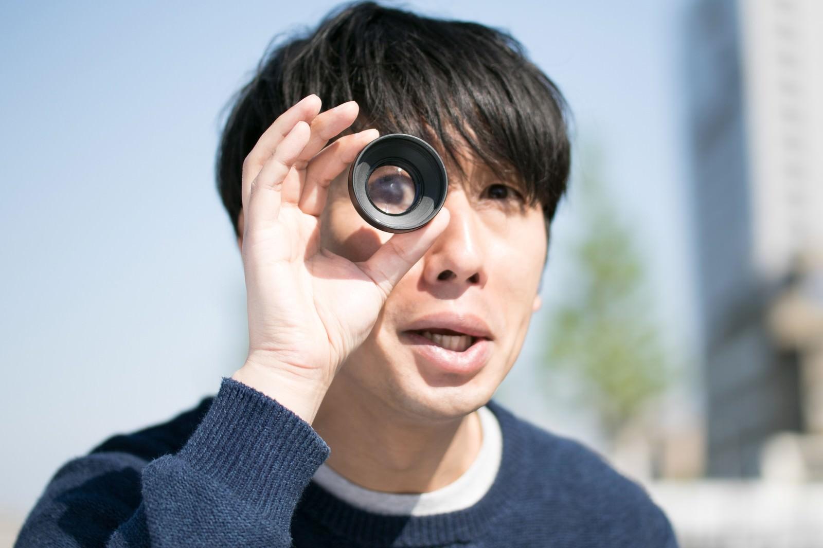 「外国人タレントのギャグをマネする男性」の写真[モデル:大川竜弥]