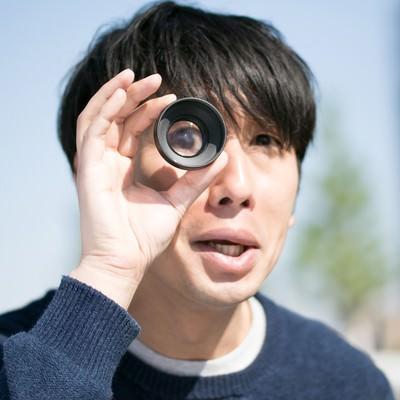 「外国人タレントのギャグをマネする男性」の写真素材