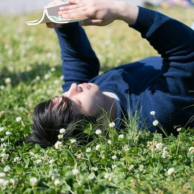 「河原で読書をするぼっち」の写真素材