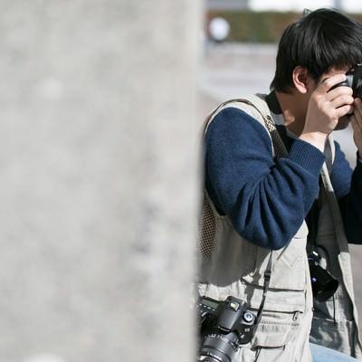 「ベストなポジションを探すカメラマン」の写真素材