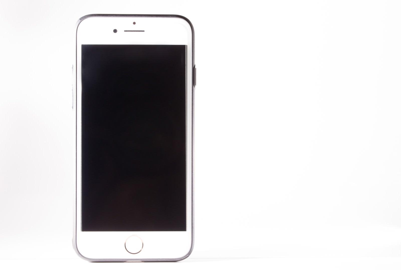 「白背景とスマートフォン白背景とスマートフォン」のフリー写真素材を拡大