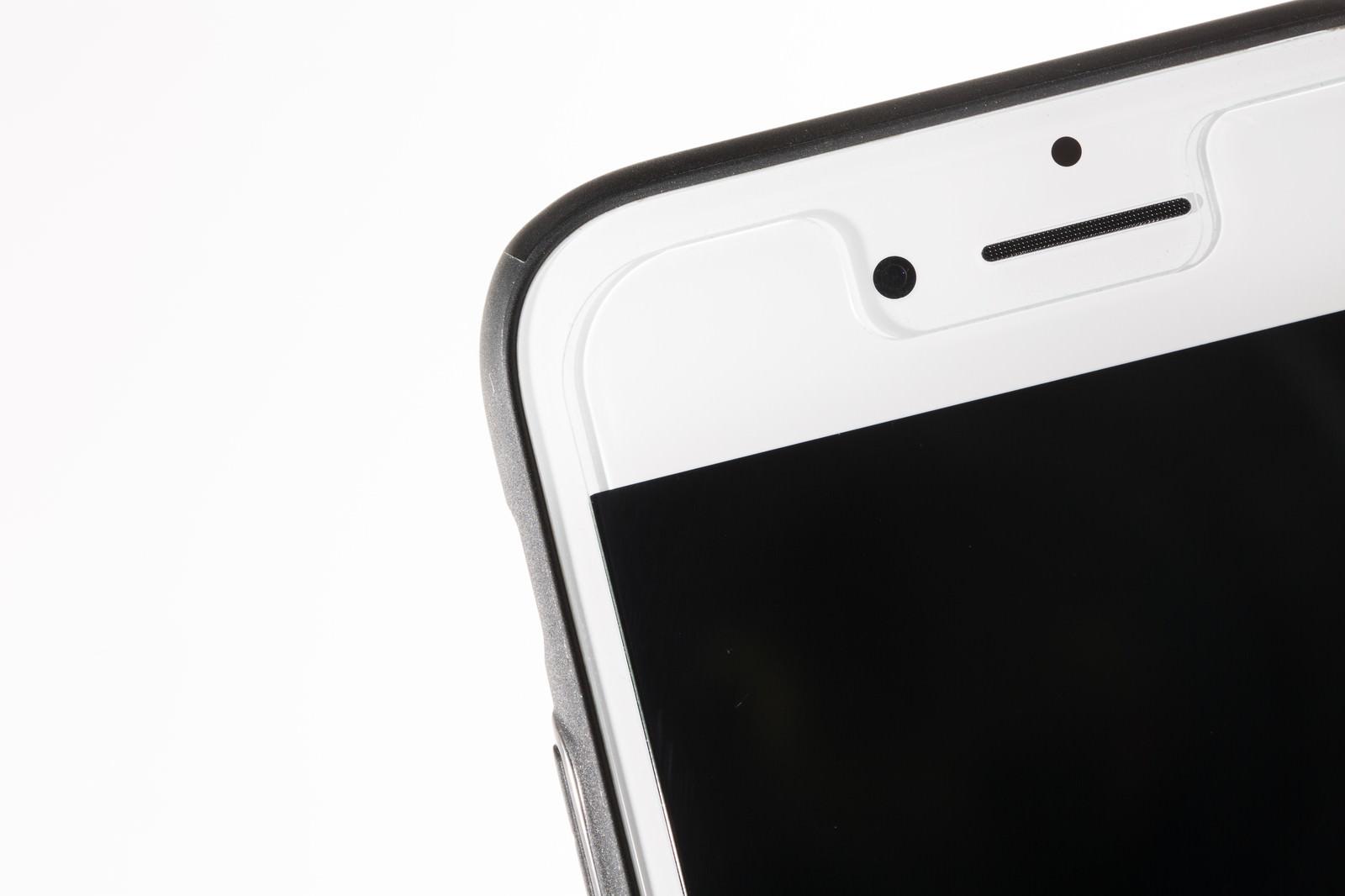 「保護フィルムを貼ったスマートフォン」の写真