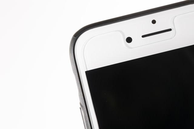 保護フィルムを貼ったスマートフォンの写真