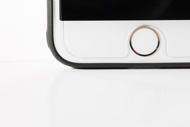保護フィルムが少しだけズレたスマートフォンの写真