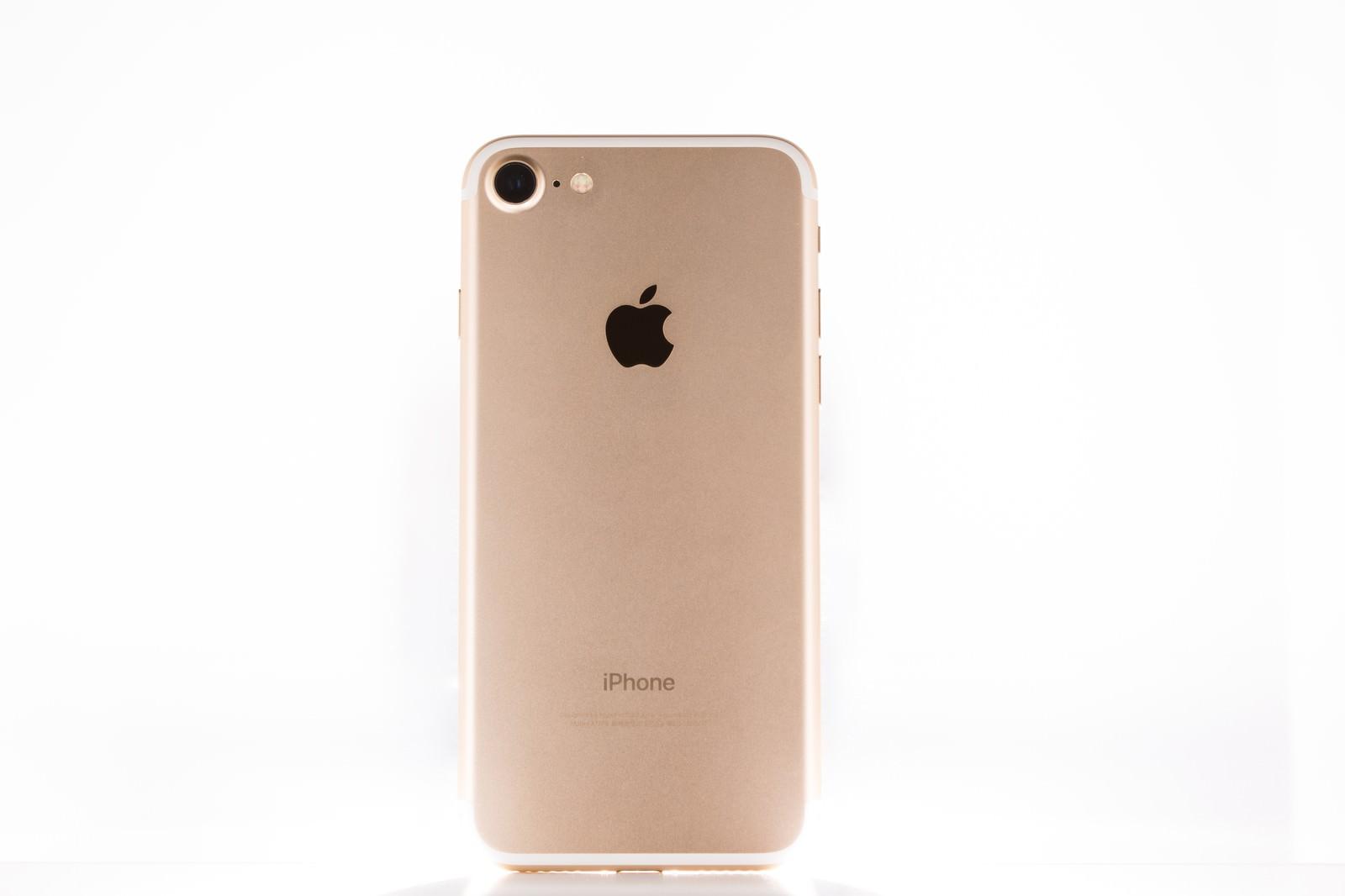「ゴールド色のスマートフォン」の写真