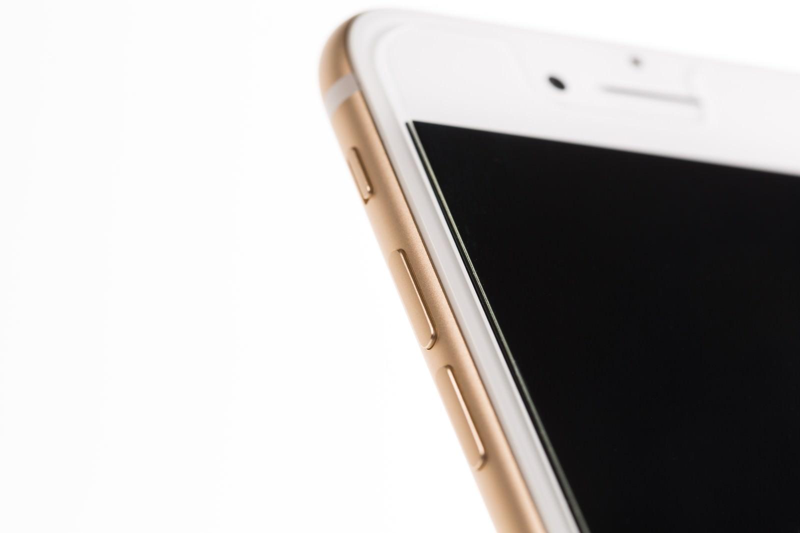 「新しいゴールド色のスマートフォン(側面)」の写真