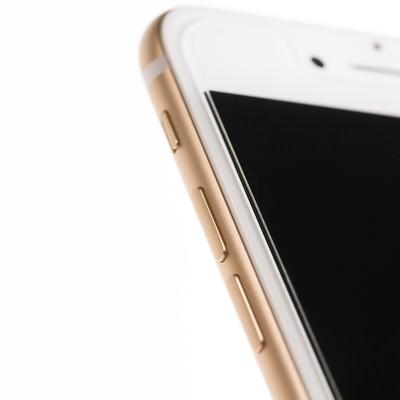 「新しいゴールド色のスマートフォン(側面)」の写真素材