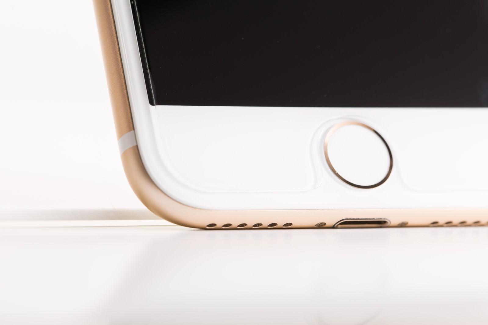 「アンテナラインの帯と物理ボタン(ホームボタン)」の写真