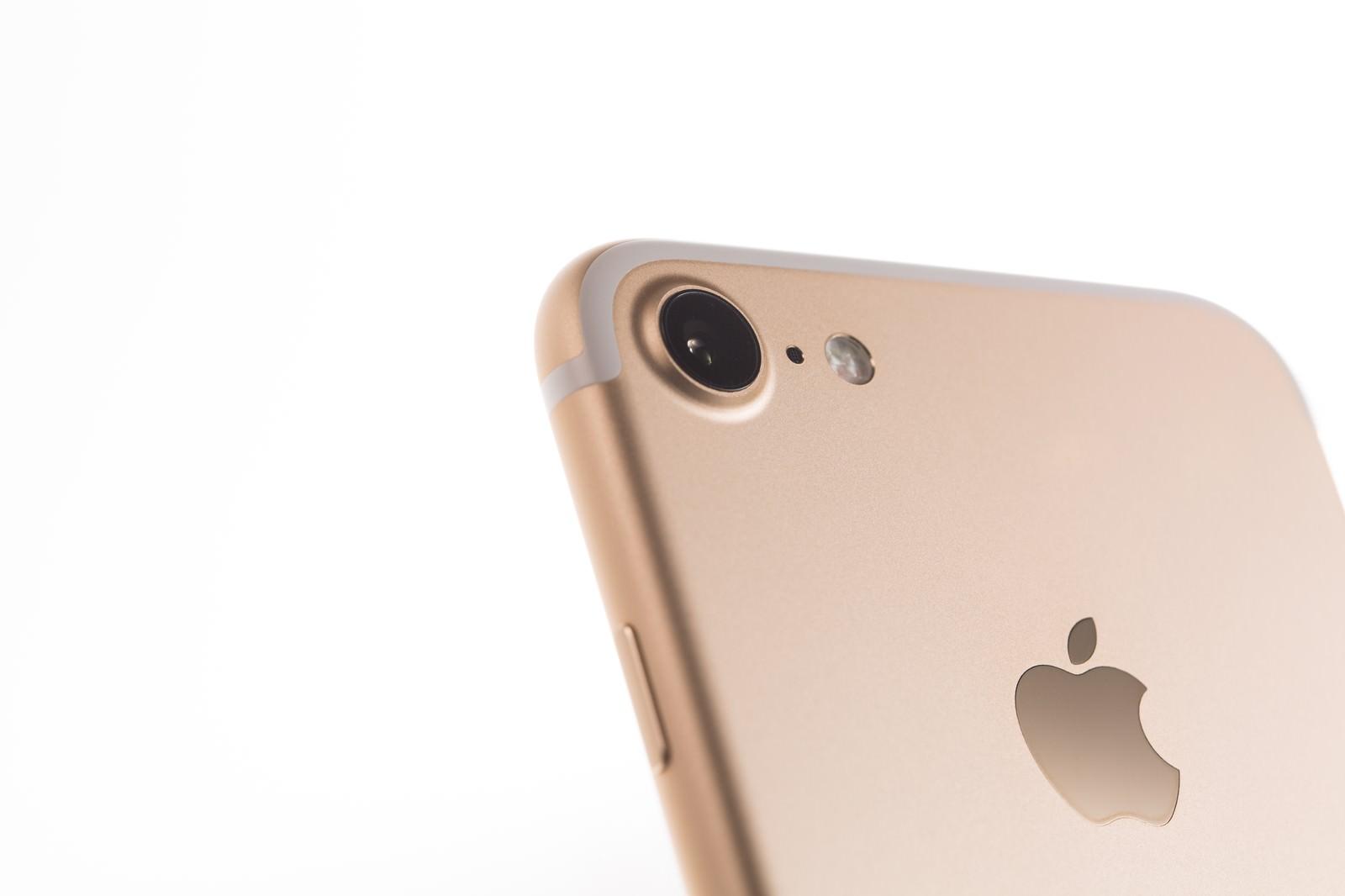 「ゴールドのスマートフォンとiSightカメラ」の写真