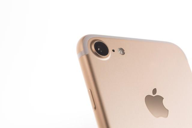 ゴールドのスマートフォンとiSightカメラの写真