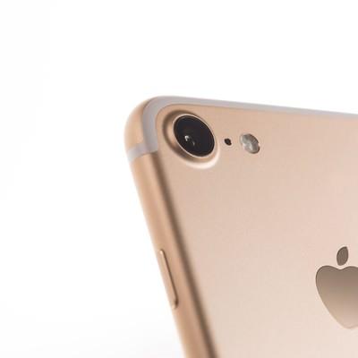 「ゴールドのスマートフォンとiSightカメラ」の写真素材