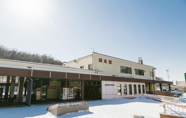 雪が積もる網走駅前の写真
