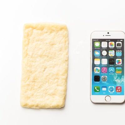 あぶらあげとスマートフォンの写真