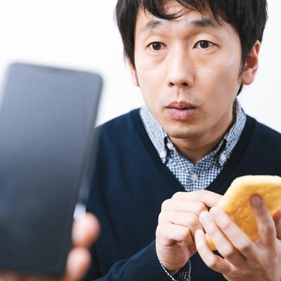 iPhoneと油揚げでAirDropを試す男性の写真