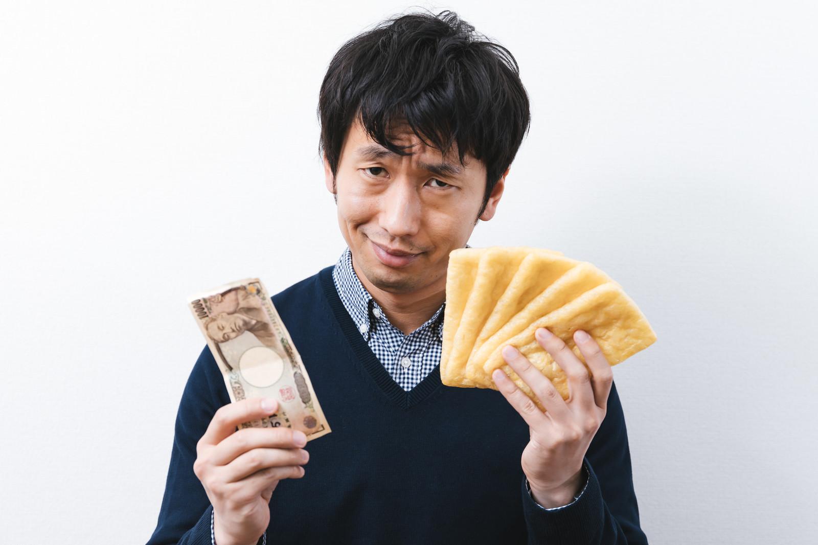 「油揚げを買い占める大富豪」の写真[モデル:大川竜弥]