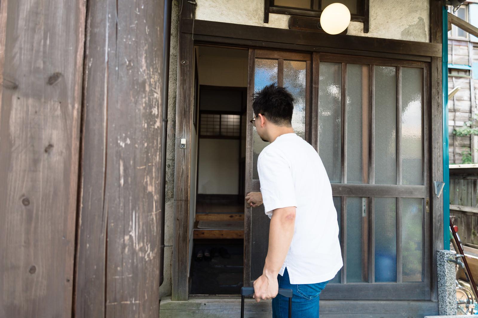 「古民家の玄関を開ける」の写真[モデル:Max_Ezaki]