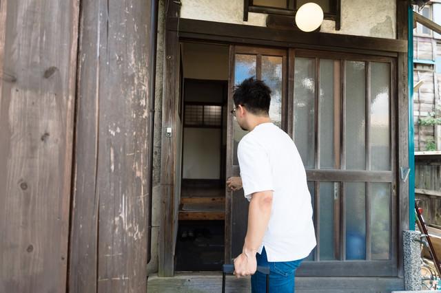 古民家の玄関を開けるの写真