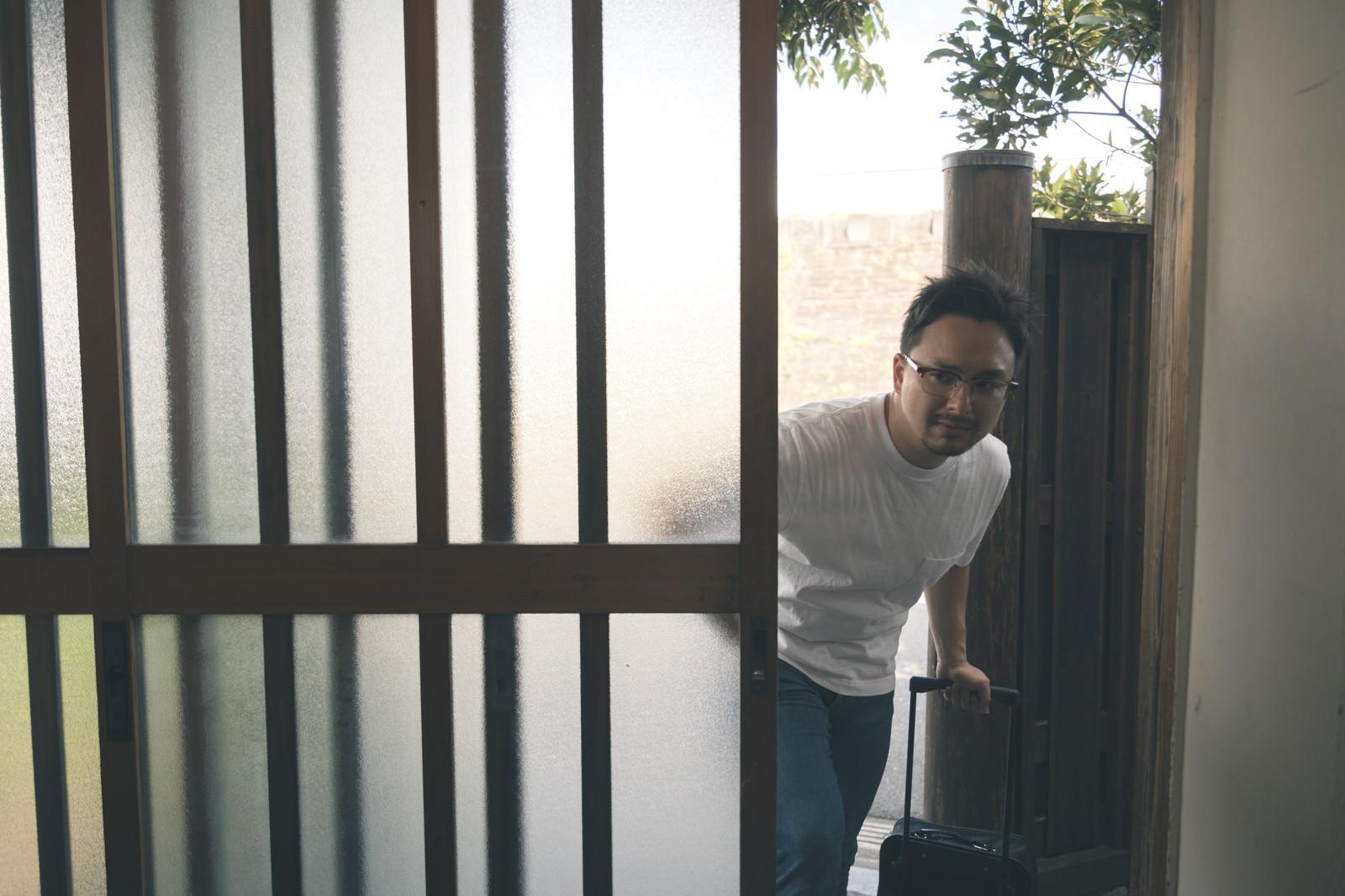 「玄関ガラガラ(こんにちはー)」の写真[モデル:Max_Ezaki]