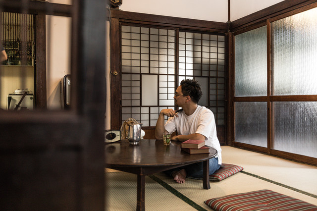 日本の古民家に民泊中の外国人観光客の写真