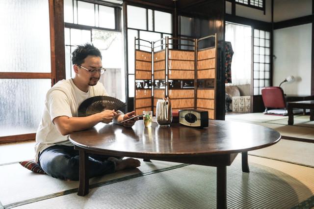 昭和感漂う古民家に泊まってみた外国人男性の写真