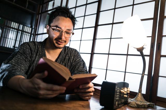 古民家の書室で本を読む外国人(ドイツ人ハーフ)の写真