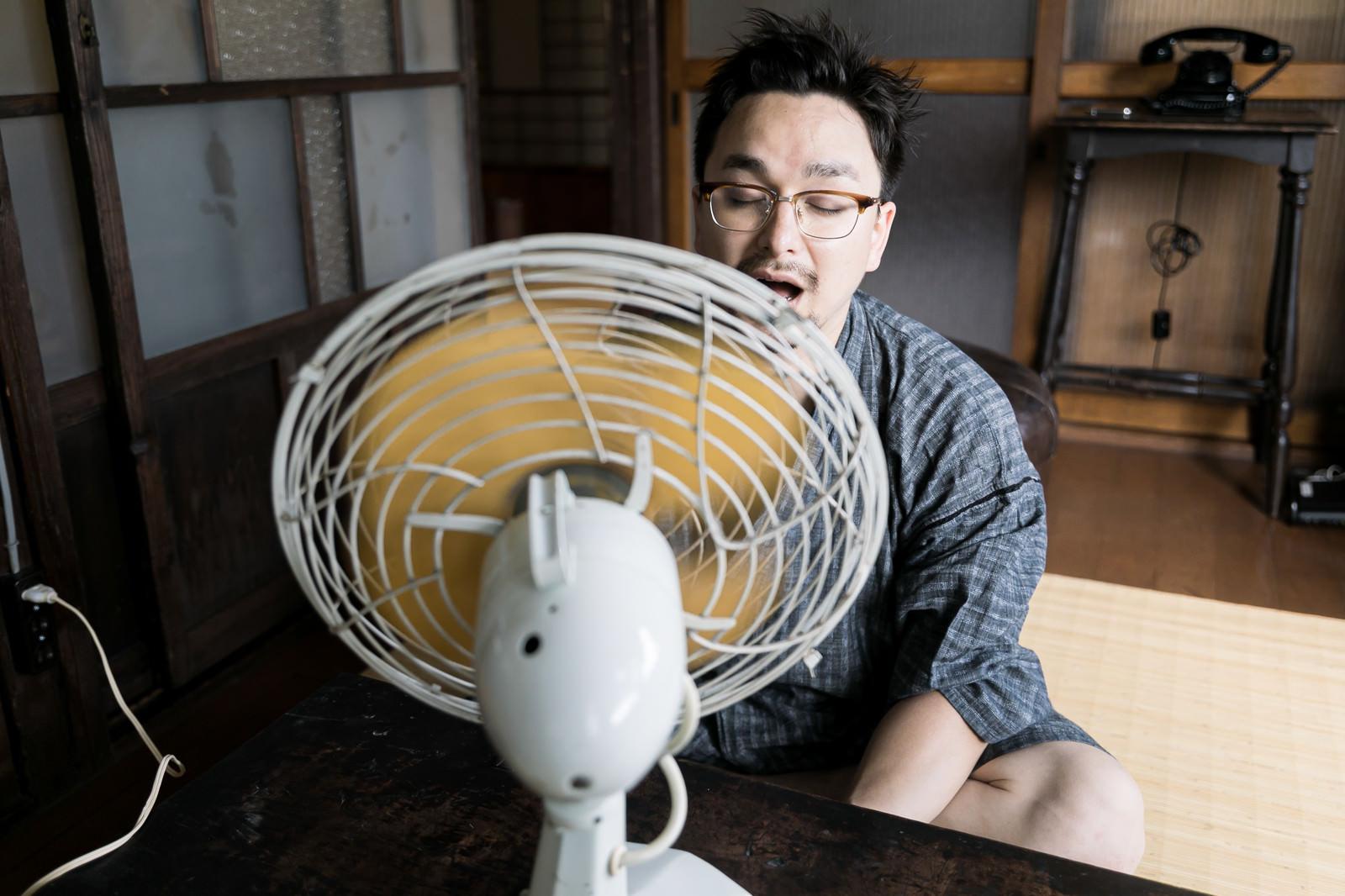 「扇風機ガガガガ」の写真[モデル:Max_Ezaki]