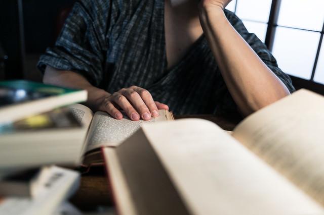書斎で文献を読みあさるの写真