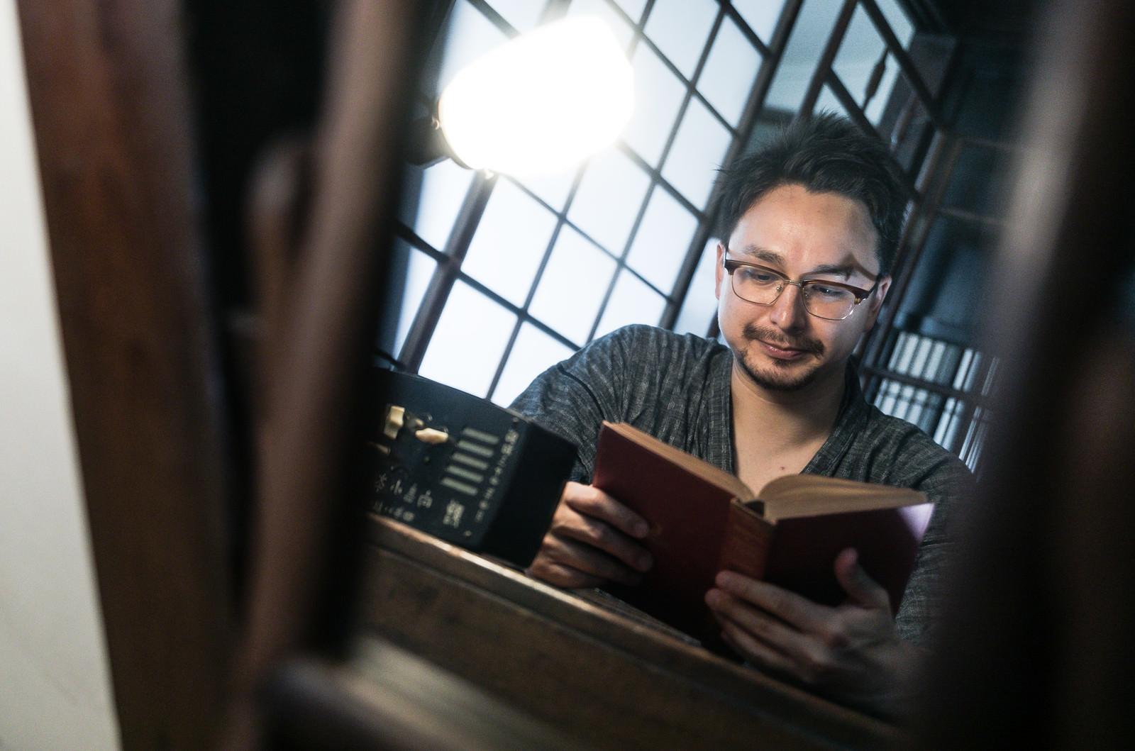 「古民家で読書に勤しむ外国人」の写真[モデル:Max_Ezaki]