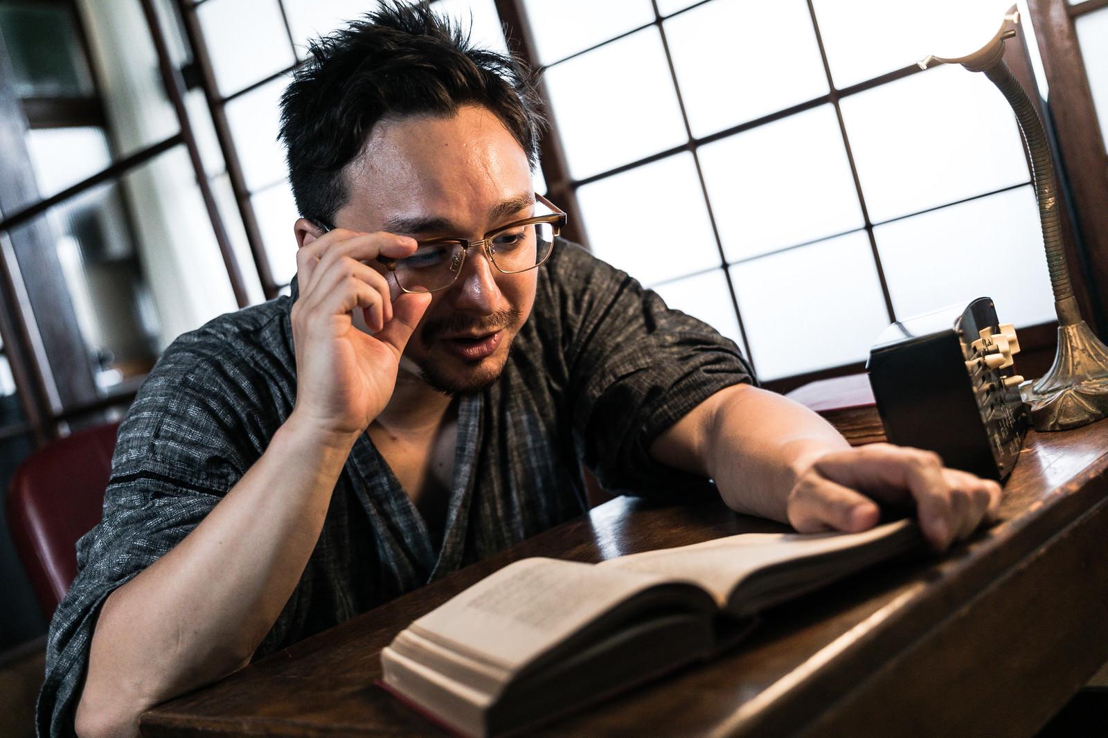 「日本文化の研究に熱心な若い外国人男性」の写真[モデル:Max_Ezaki]