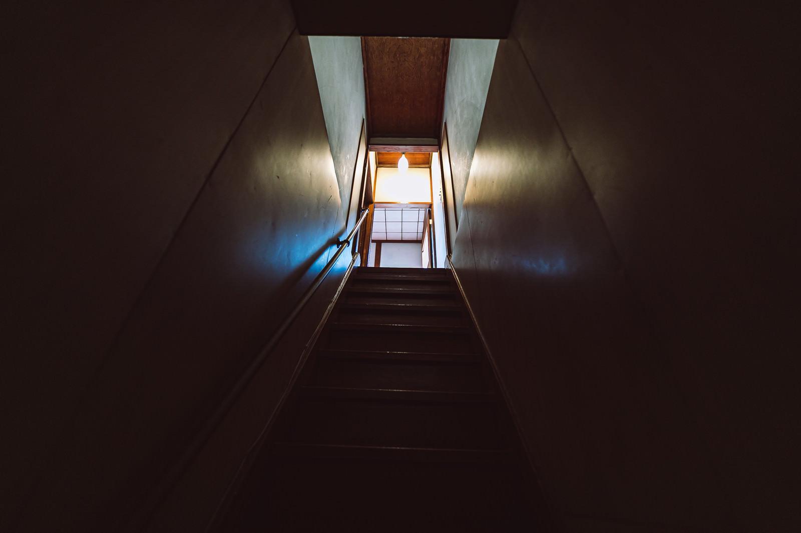 「ギシギシ音がする木造の2階へと上がる階段」の写真