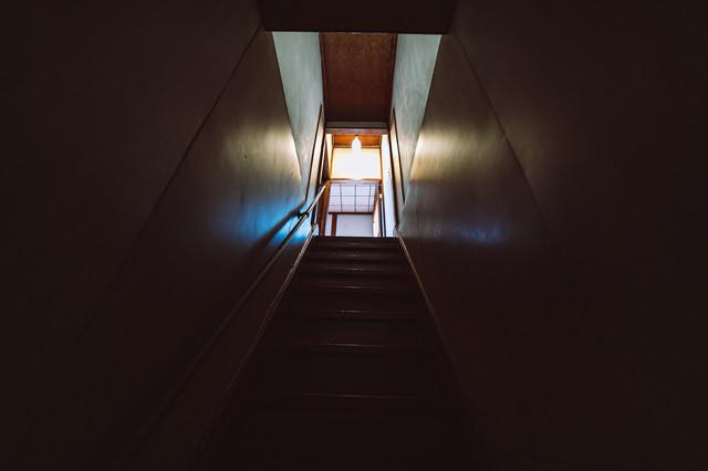 ギシギシ音がする木造の2階へと上がる階段の写真