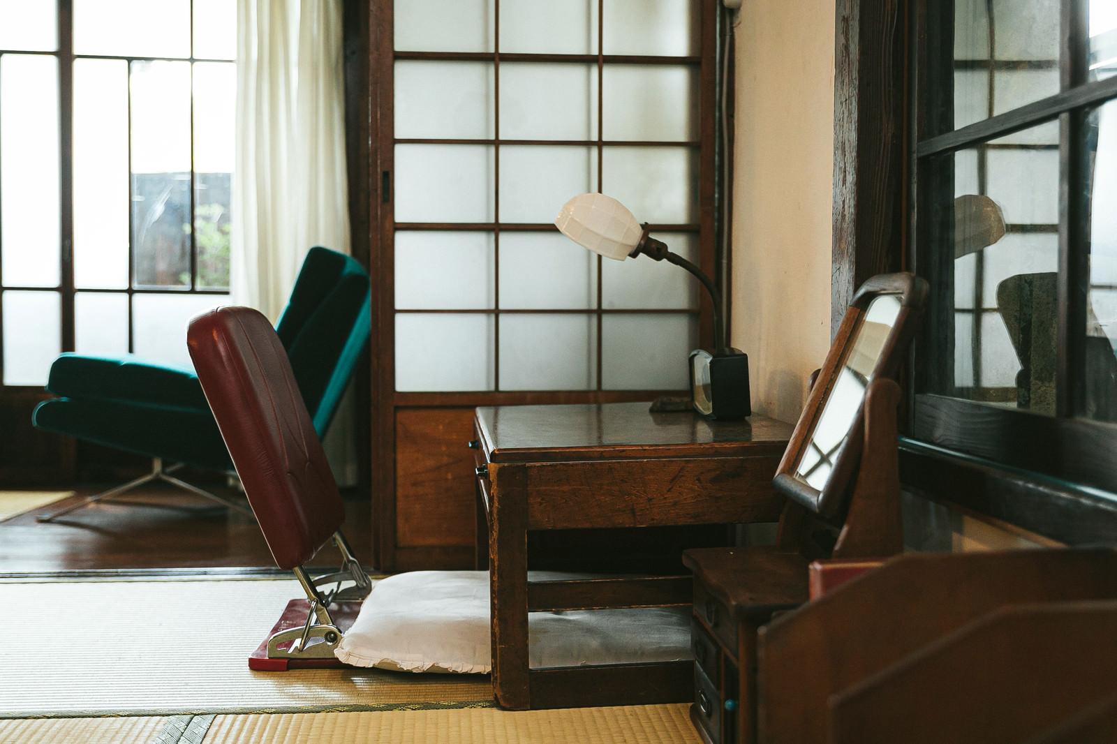 「昭和感ある小さな机」の写真