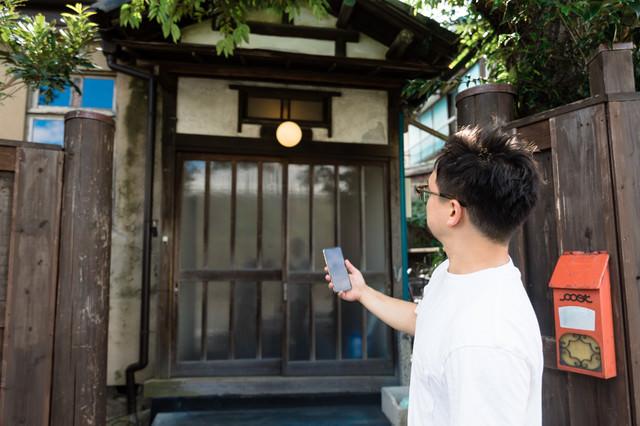 シェアリングエコノミーサービスを使って日本の古民家に民泊予約した外国人観光客の写真