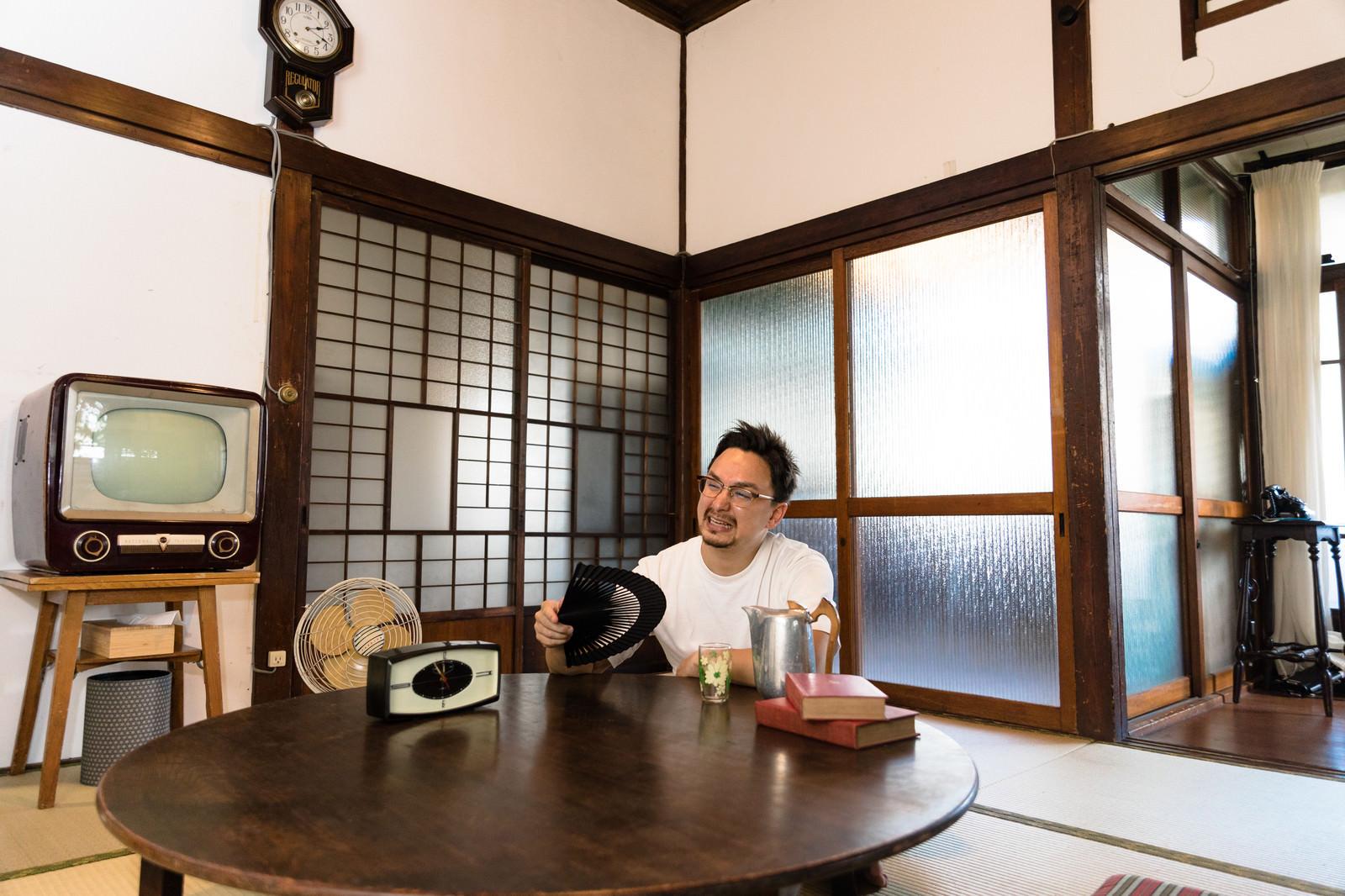 「日本の夏は暑いと古民家で過ごす外国人観光客」の写真[モデル:Max_Ezaki]