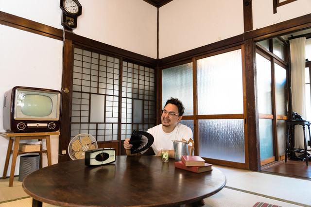 日本の夏は暑いと古民家で過ごす外国人観光客の写真