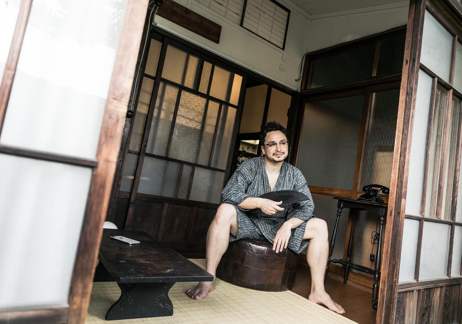 「古民家で日本の夏を過ごす外国人」の写真[モデル:Max_Ezaki]